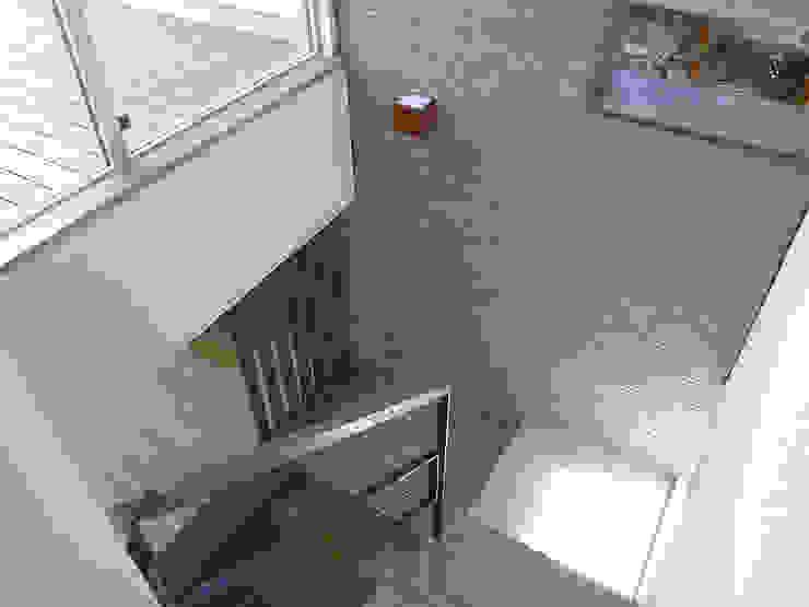 ダイニングにつながる階段 モダンスタイルの 玄関&廊下&階段 の シーズ・アーキスタディオ建築設計室 モダン