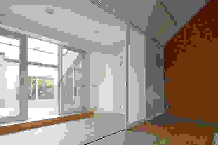3連引戸により、廊下と一体化する子供室 モダンデザインの 子供部屋 の シーズ・アーキスタディオ建築設計室 モダン