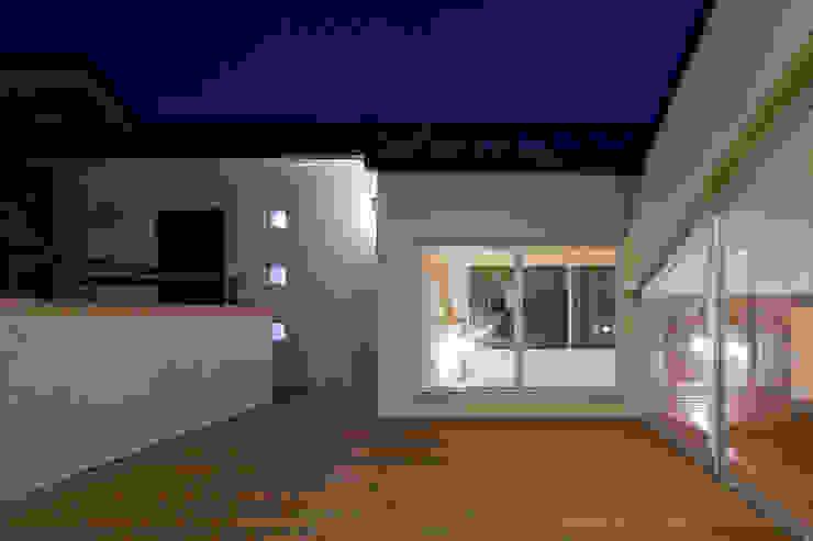 ルーフテラス夜景 モダンデザインの テラス の シーズ・アーキスタディオ建築設計室 モダン