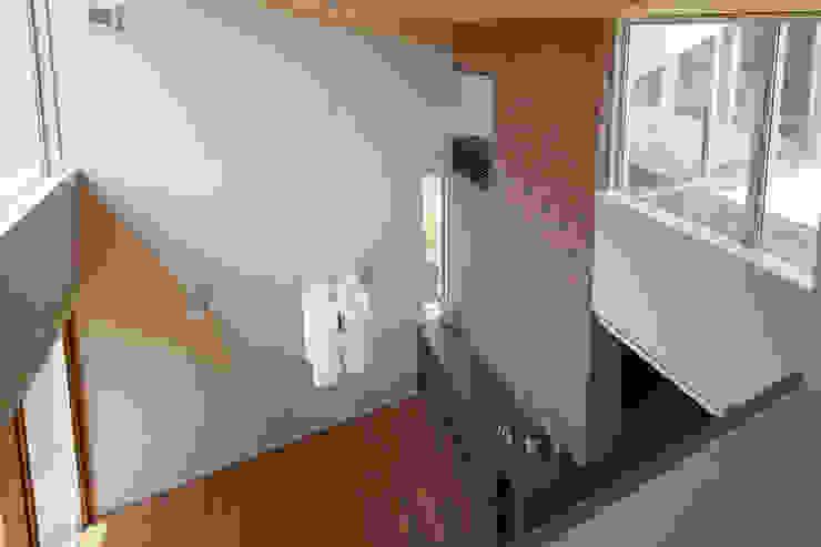 書斎から見下ろすリビング吹抜 モダンデザインの リビング の シーズ・アーキスタディオ建築設計室 モダン