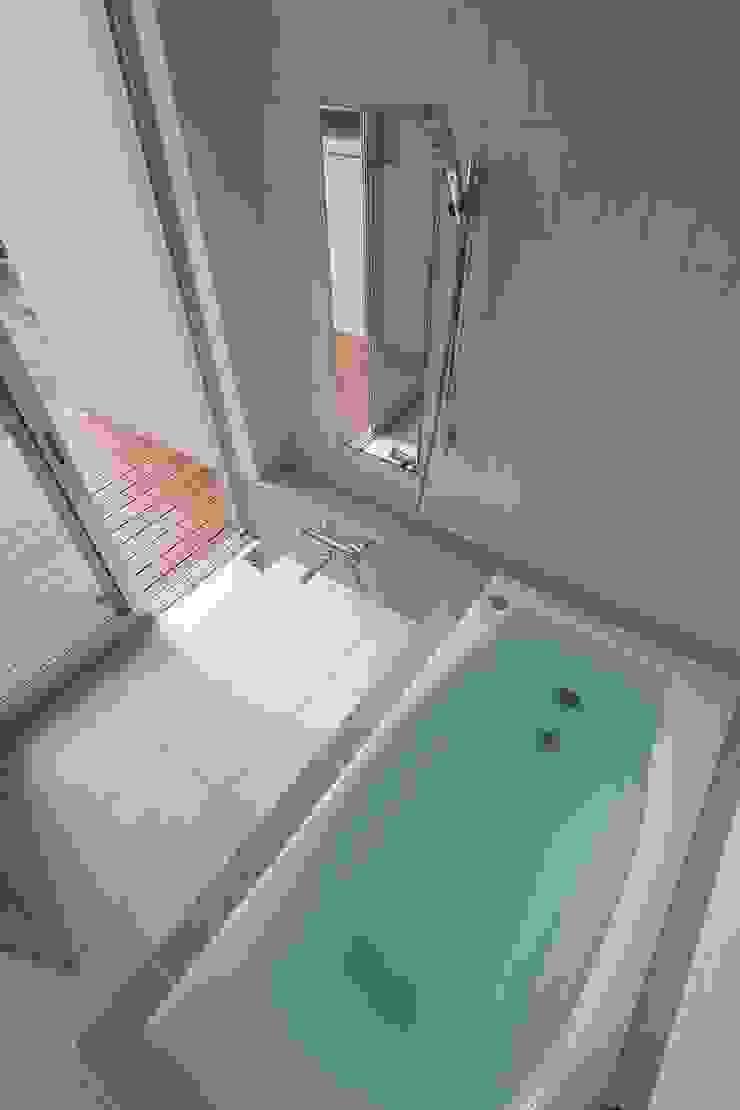 ウッドデッキのある浴室 モダンスタイルの お風呂 の シーズ・アーキスタディオ建築設計室 モダン