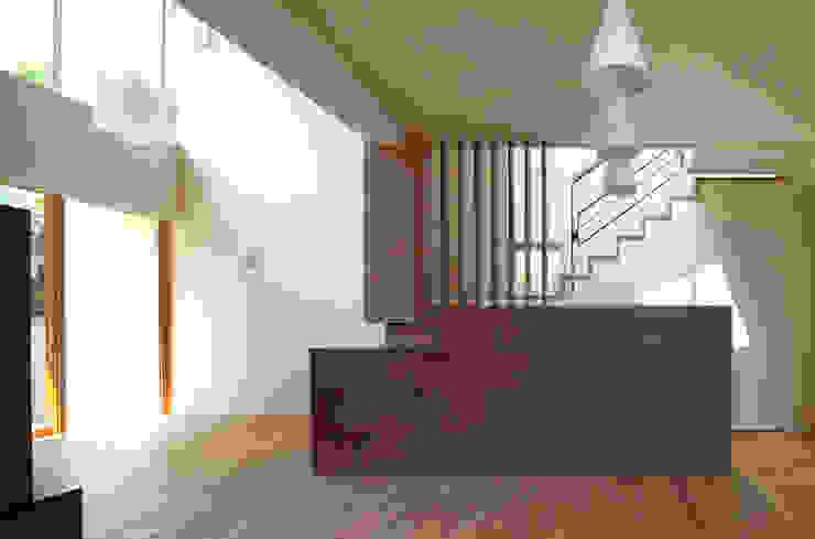 天井の高低差が空間を豊かにするリビング・ダイニング モダンデザインの ダイニング の シーズ・アーキスタディオ建築設計室 モダン