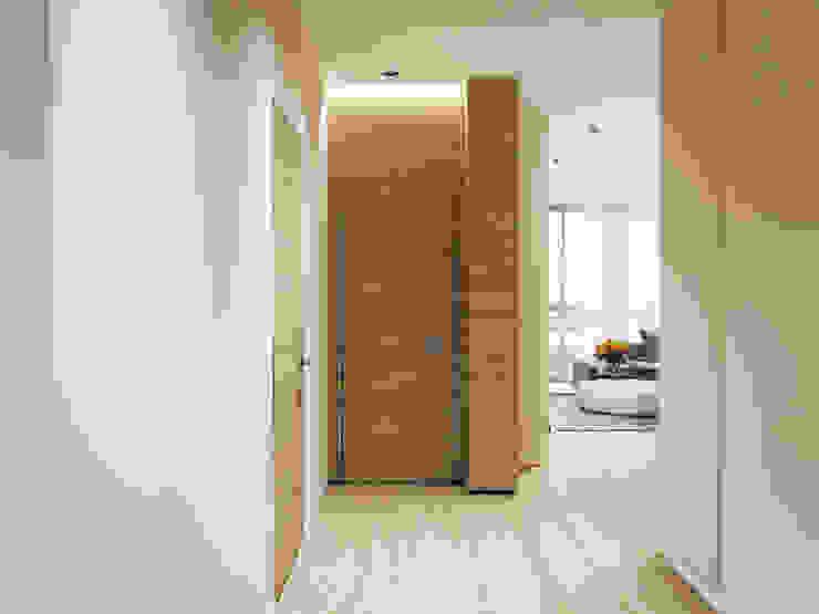 Квартира в ЖК <q>Чемпион парк</q> Коридор, прихожая и лестница в стиле минимализм от Y.F.architects Минимализм
