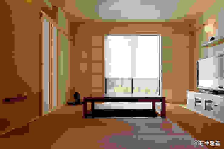 Salas de estilo moderno de シーズ・アーキスタディオ建築設計室 Moderno