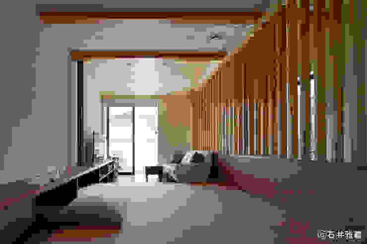 小上がりになっている居間 シーズ・アーキスタディオ建築設計室 モダンデザインの リビング