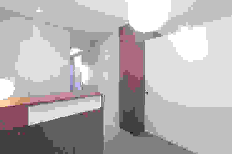 Pasillos, vestíbulos y escaleras de estilo moderno de 4+1 arquitectes Moderno