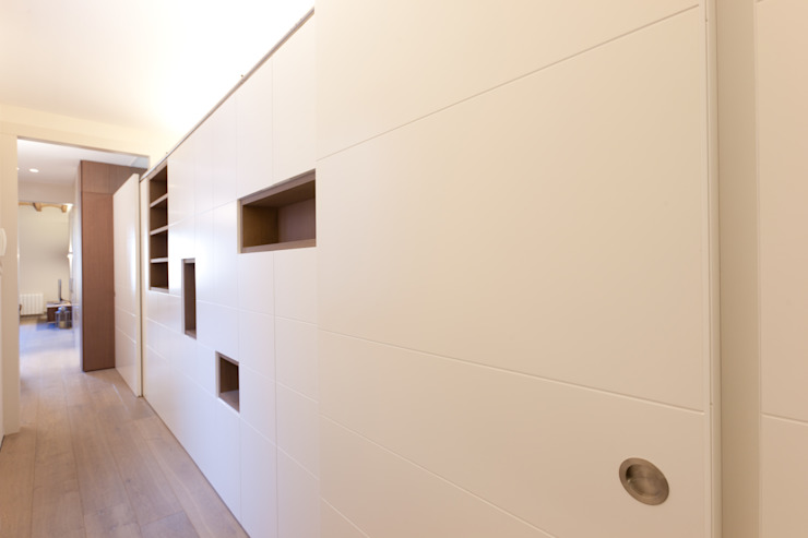 Modern Corridor, Hallway and Staircase by 4+1 arquitectes Modern