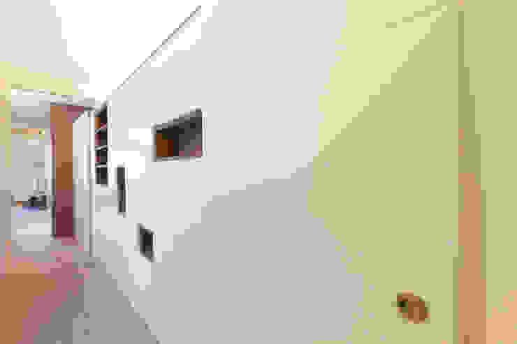 4+1 arquitectes Modern corridor, hallway & stairs