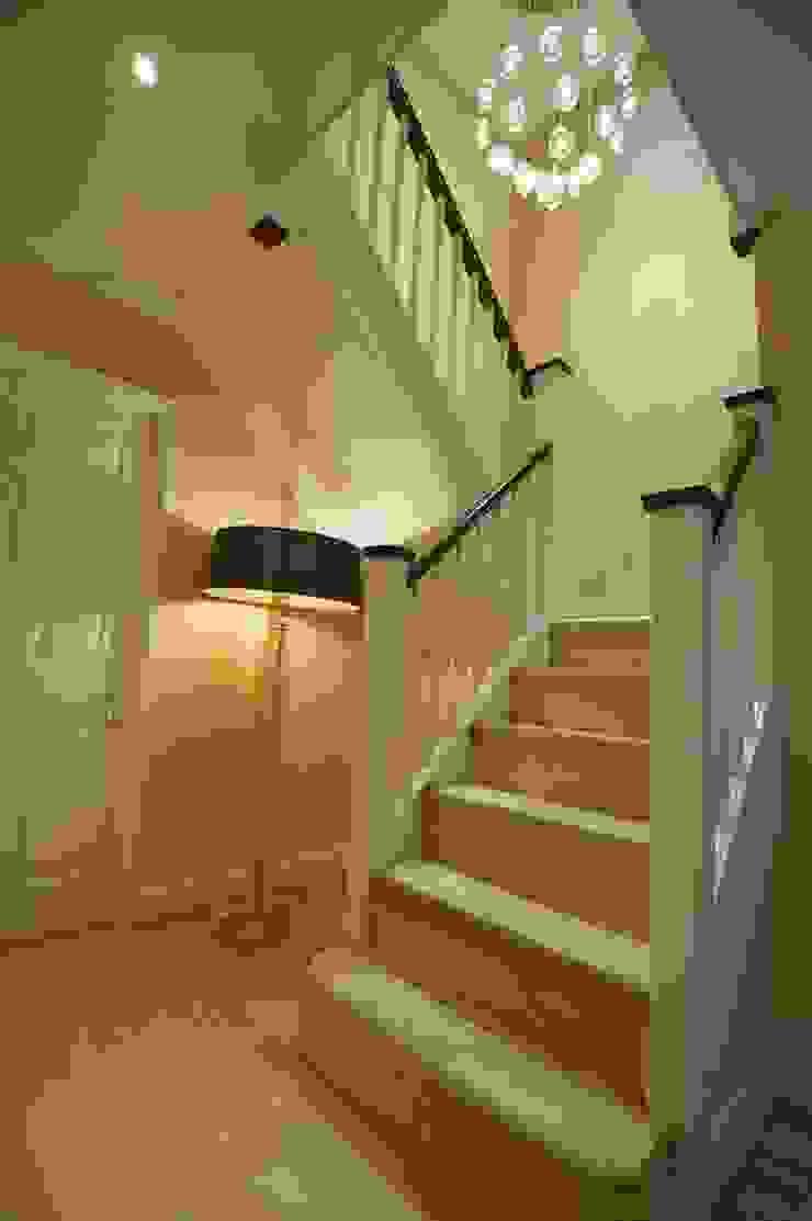 Hallway and stairwell lighting de Chameleon Designs Interiors Moderno