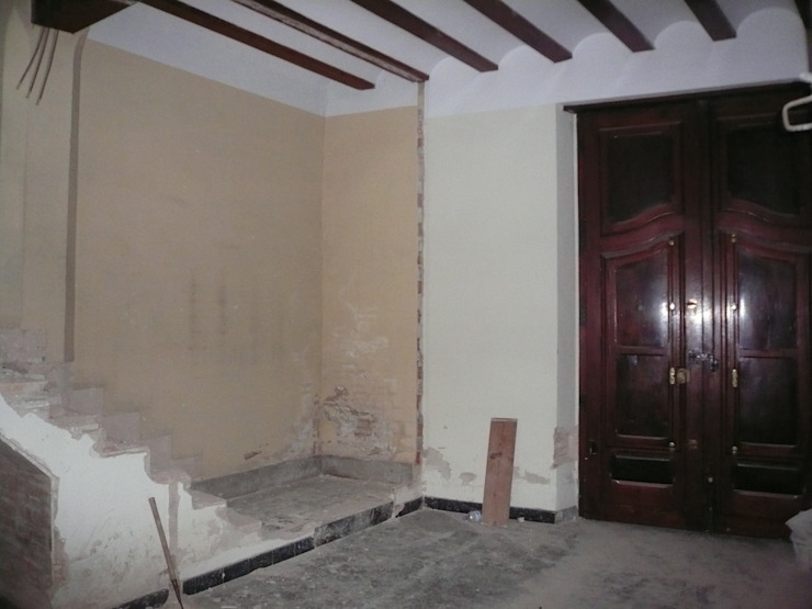 現代風玄關、走廊與階梯 根據 Aris & Paco Camús 現代風