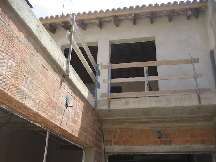Aris & Paco Camús Moderner Balkon, Veranda & Terrasse