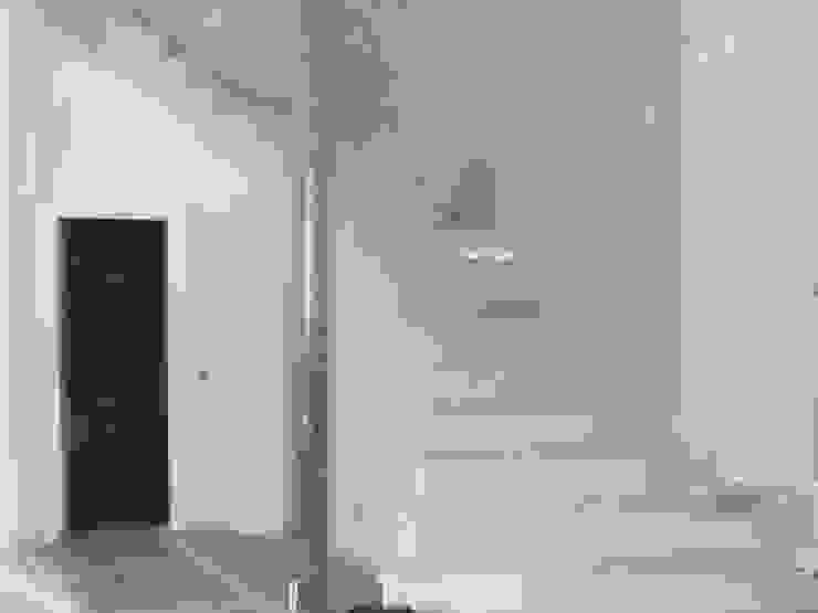 Aris & Paco Camús Moderner Flur, Diele & Treppenhaus