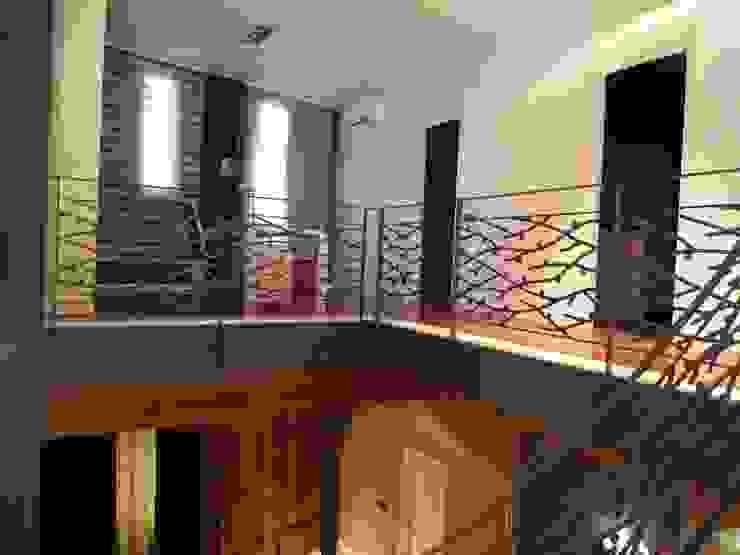 Aris & Paco Camús Modern Corridor, Hallway and Staircase