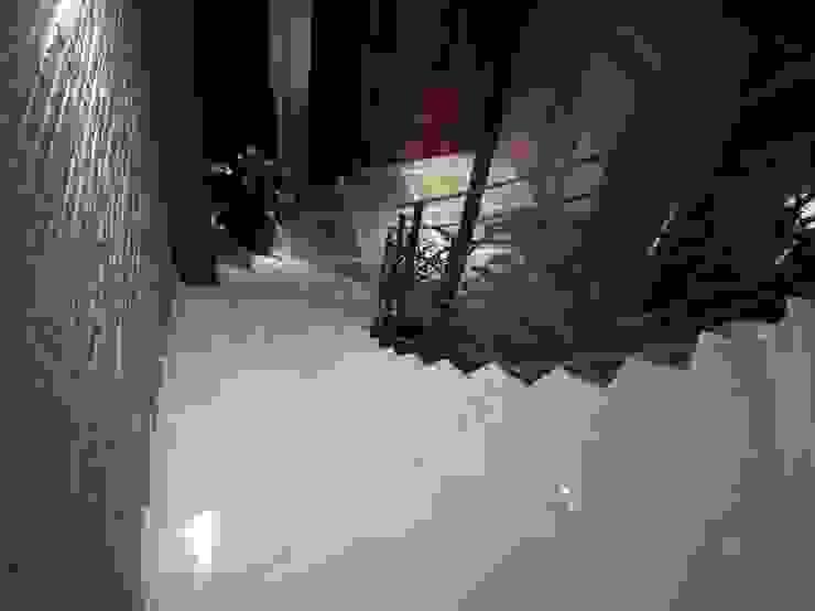 Corridor & hallway by Aris & Paco Camús, Modern