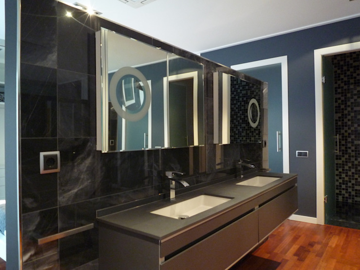 Aris & Paco Camús Modern style bathrooms