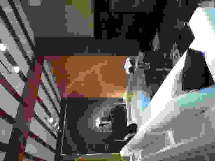 Aris & Paco Camús Moderne Wohnzimmer