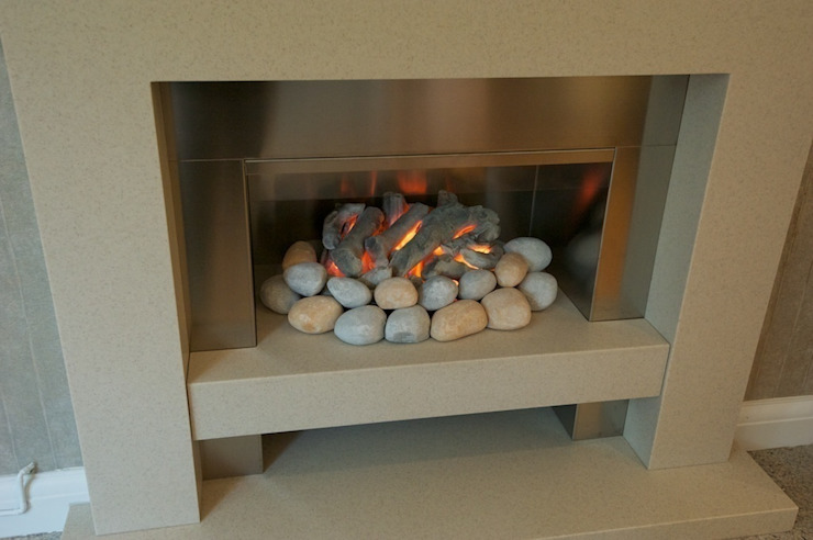 New feature gas fire. di Chameleon Designs Interiors Moderno