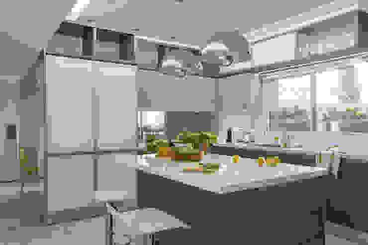 detalle de muebles de cocina Cocinas modernas: Ideas, imágenes y decoración de GUTMAN+LEHRER ARQUITECTAS Moderno