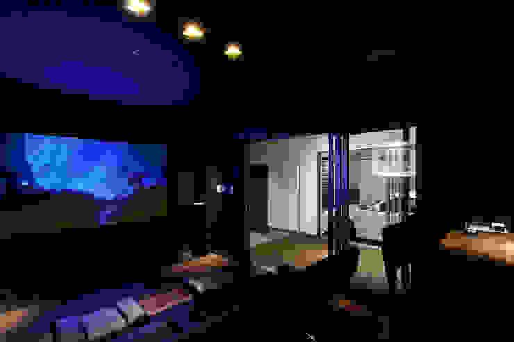 ホームシアターより光庭を見るー夜 モダンデザインの 多目的室 の 堺武治建築事務所 モダン
