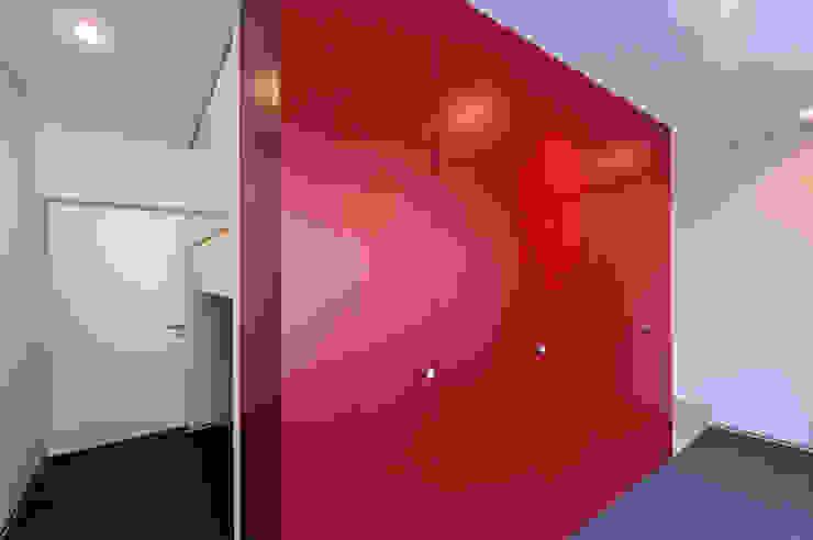 Коридор, прихожая и лестница в модерн стиле от dreipunkt ag Модерн