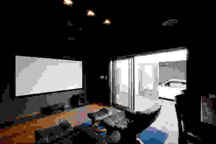 堺武治建築事務所 Salas multimedia de estilo moderno