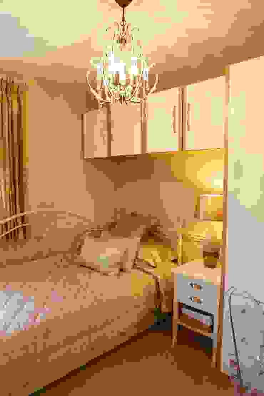 Teenagers daughters bedroom: modern  by Chameleon Designs Interiors, Modern