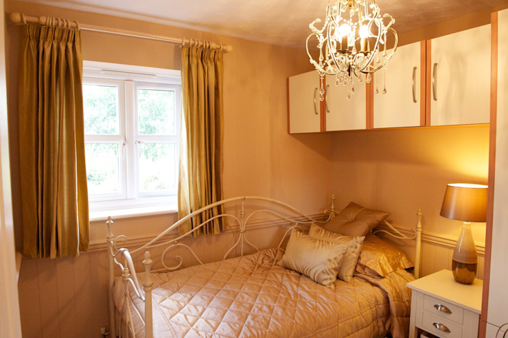 Teenage daughters bedroom: modern  by Chameleon Designs Interiors, Modern