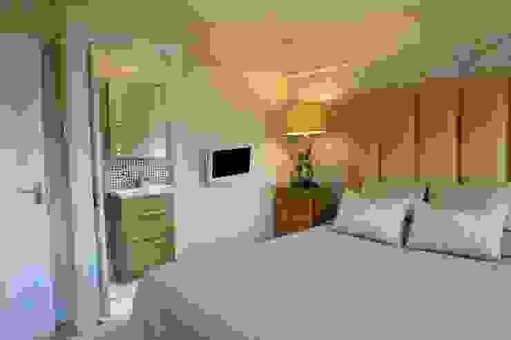 Master bedroom to ensuite: modern  by Chameleon Designs Interiors, Modern
