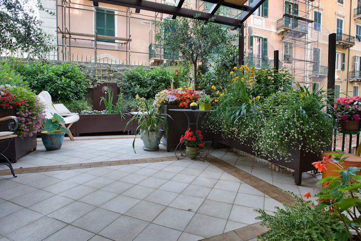 Il terrazzo a Savona di Verde Progetto - Adriana Pedrotti Garden Designer Classico
