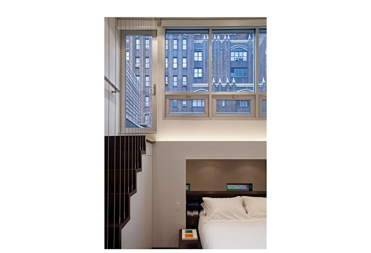 Manhattan Micro-Loft Specht Architects モダンスタイルの寝室