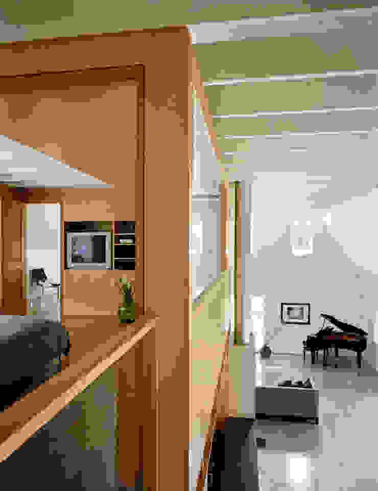 Modern Barn Pasillos, vestíbulos y escaleras de estilo moderno de Specht Architects Moderno