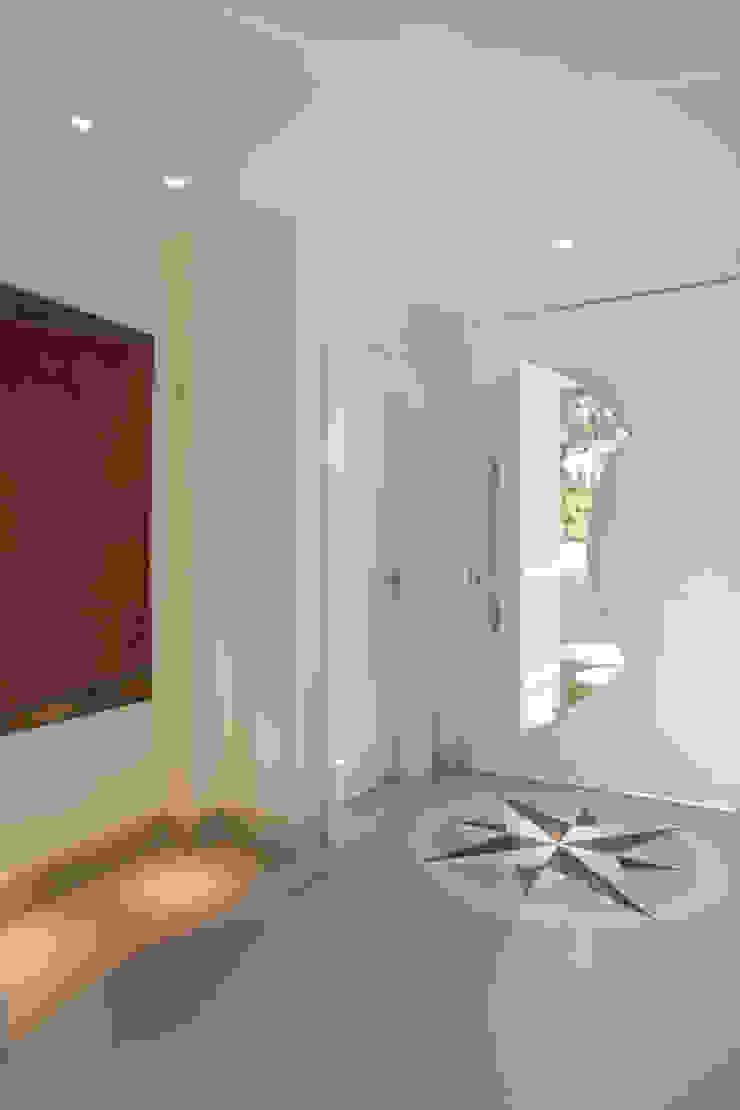 Arquiteto Aquiles Nícolas Kílaris Modern corridor, hallway & stairs