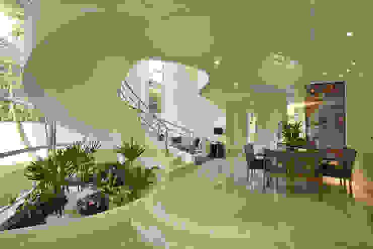 Casa Refúgio da Mata: Salas de estar  por Arquiteto Aquiles Nícolas Kílaris