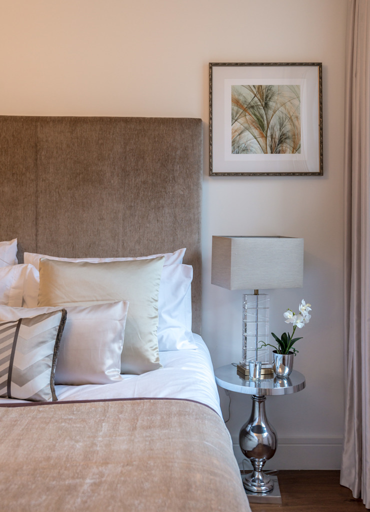 Bedroom 2 : Side table & the lamp Moderne Schlafzimmer von In:Style Direct Modern