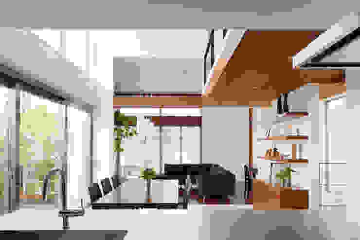 キッチンからダイニングを見る モダンデザインの ダイニング の 伊藤一郎建築設計事務所 モダン