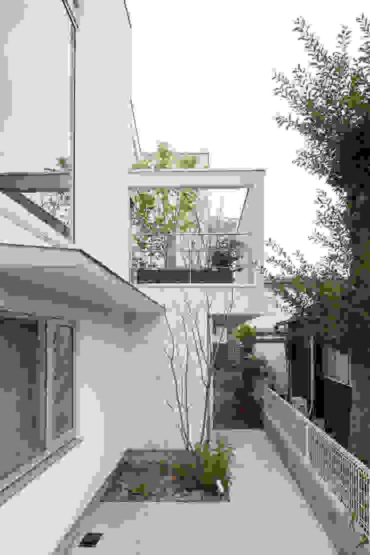 カーポートからルーフテラスを見る モダンデザインの テラス の 伊藤一郎建築設計事務所 モダン