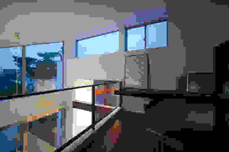 吹抜けに面したロフトには書斎コーナー モダンデザインの 書斎 の 伊藤一郎建築設計事務所 モダン