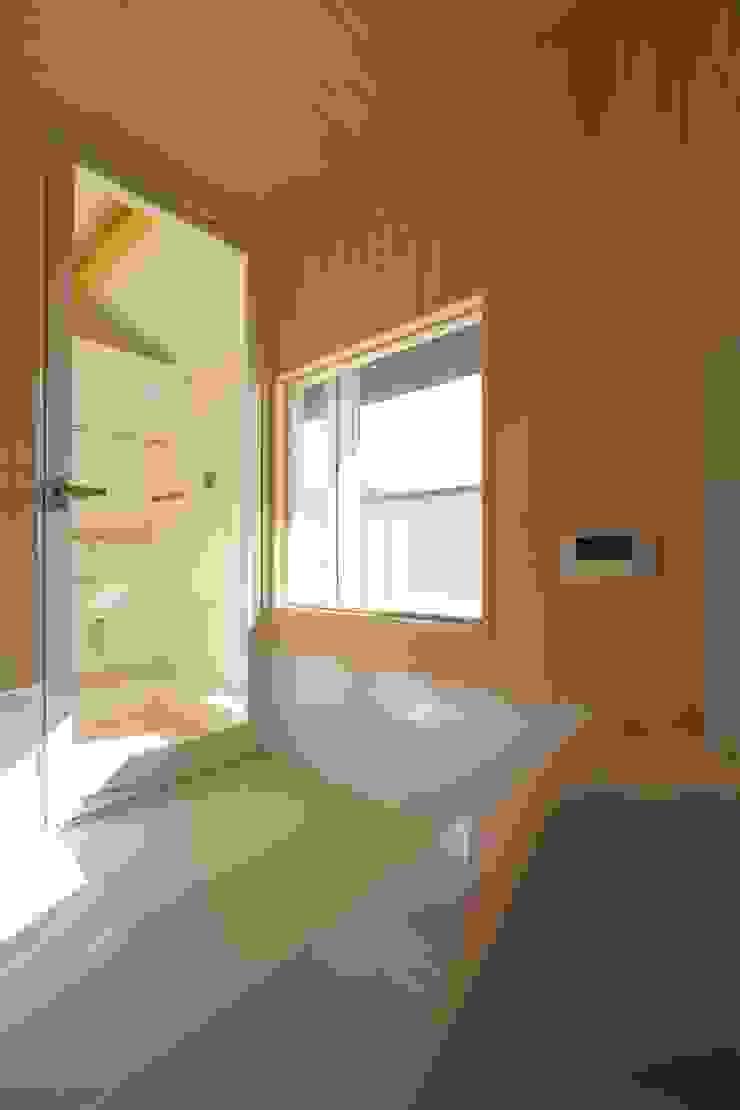 屋根裏部屋に設けた浴室 モダンスタイルの お風呂 の 伊藤一郎建築設計事務所 モダン