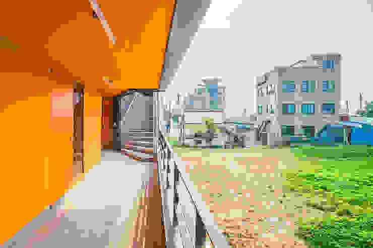 덕산 W-Building 모던스타일 발코니, 베란다 & 테라스 by JYA-RCHITECTS 모던