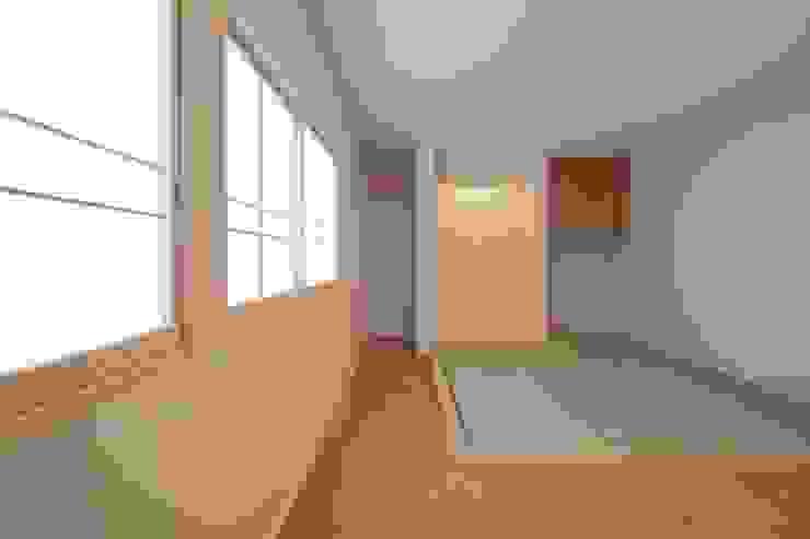 寝室のたたみコーナー モダンデザインの 多目的室 の 伊藤一郎建築設計事務所 モダン