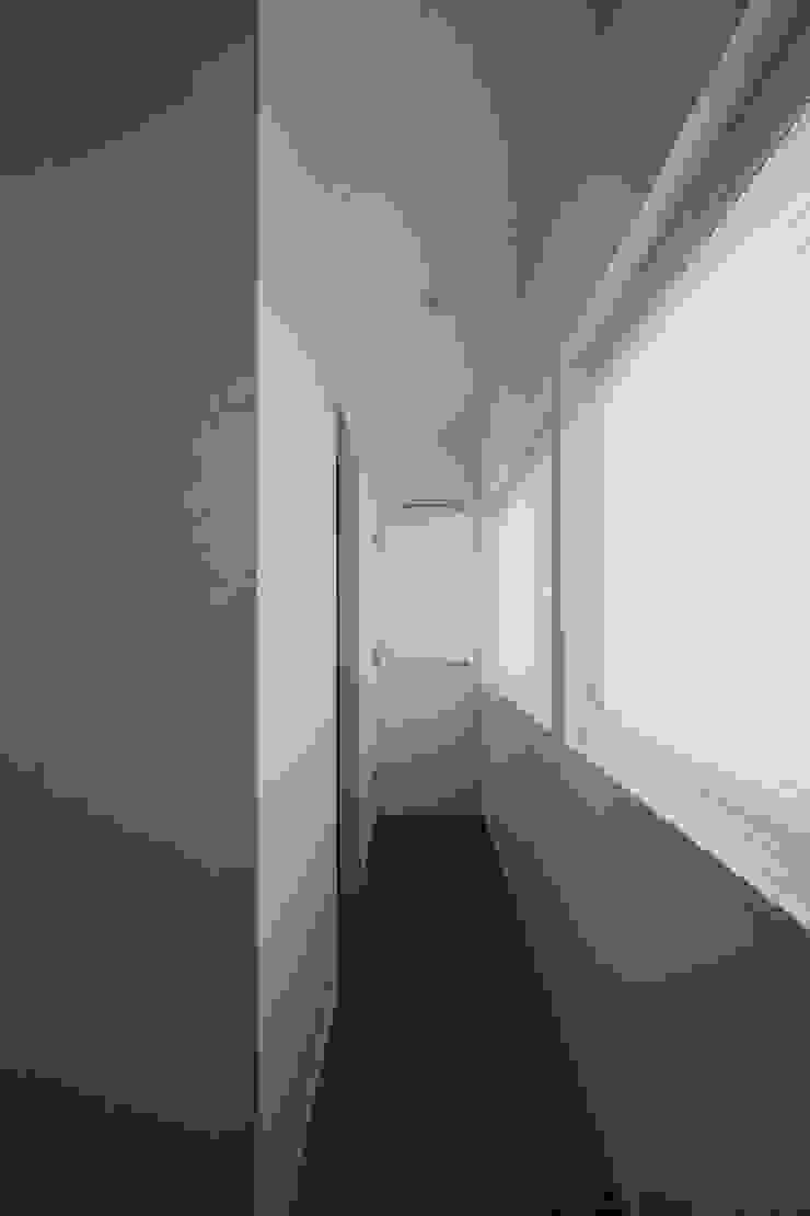 寝室から洗面室に通じる裏動線 モダンスタイルの 玄関&廊下&階段 の 伊藤一郎建築設計事務所 モダン