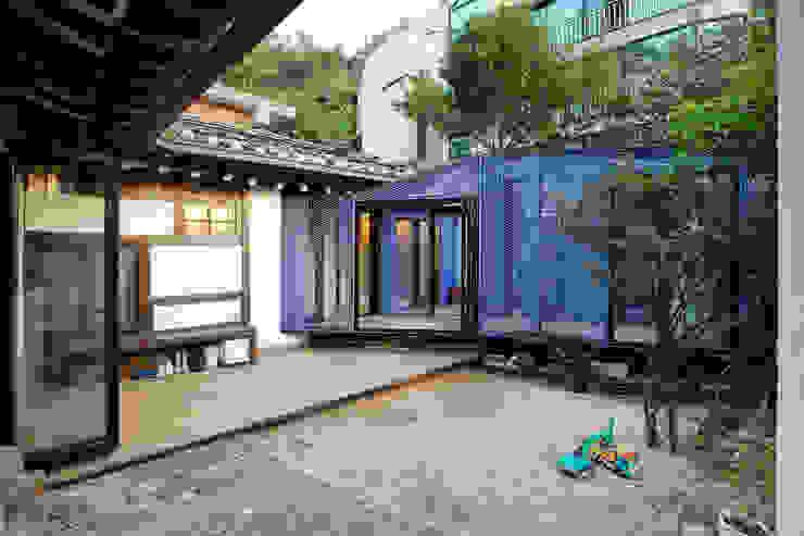 Aziatische balkons, veranda's en terrassen van JYA-RCHITECTS Aziatisch