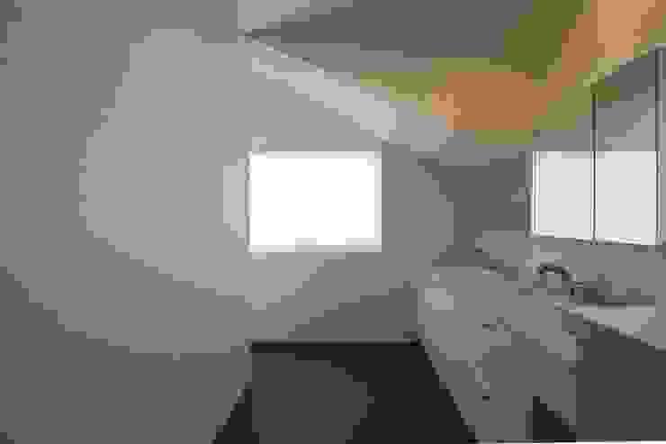 北向き窓により明るい洗面室 モダンスタイルの お風呂 の 伊藤一郎建築設計事務所 モダン
