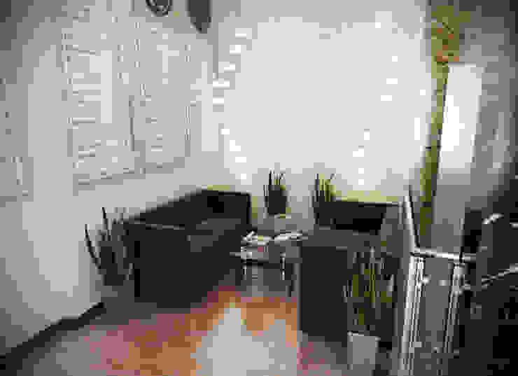 Холл первого этажа Офисные помещения в стиле минимализм от Дизайн-студия 'Эскиз' Минимализм