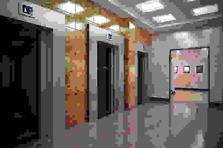 Лифтовой холл первого этажа Офисные помещения в стиле минимализм от Дизайн-студия 'Эскиз' Минимализм