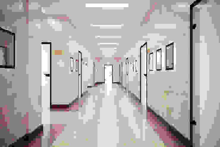 Коридор типового этажа Офисные помещения в стиле минимализм от Дизайн-студия 'Эскиз' Минимализм