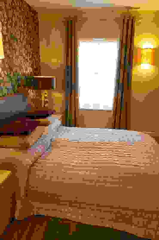 Master bedroom window detail and porcelain lighting: modern  by Chameleon Designs Interiors, Modern
