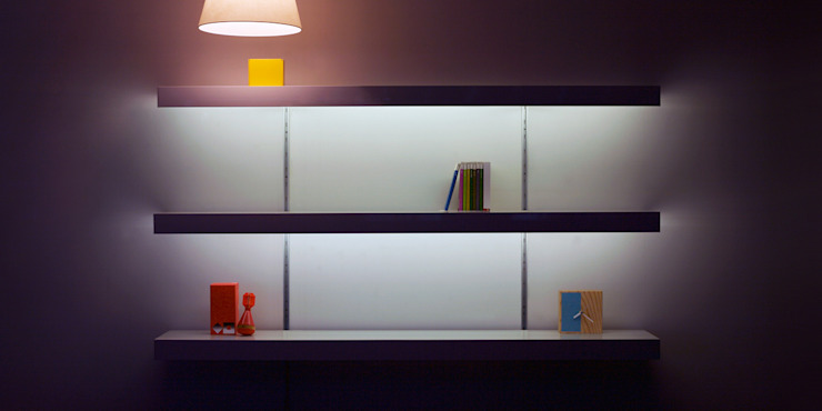 White shelving with lighting and silver anodised aluminium wall fixings de ON&ON Moderno Metal