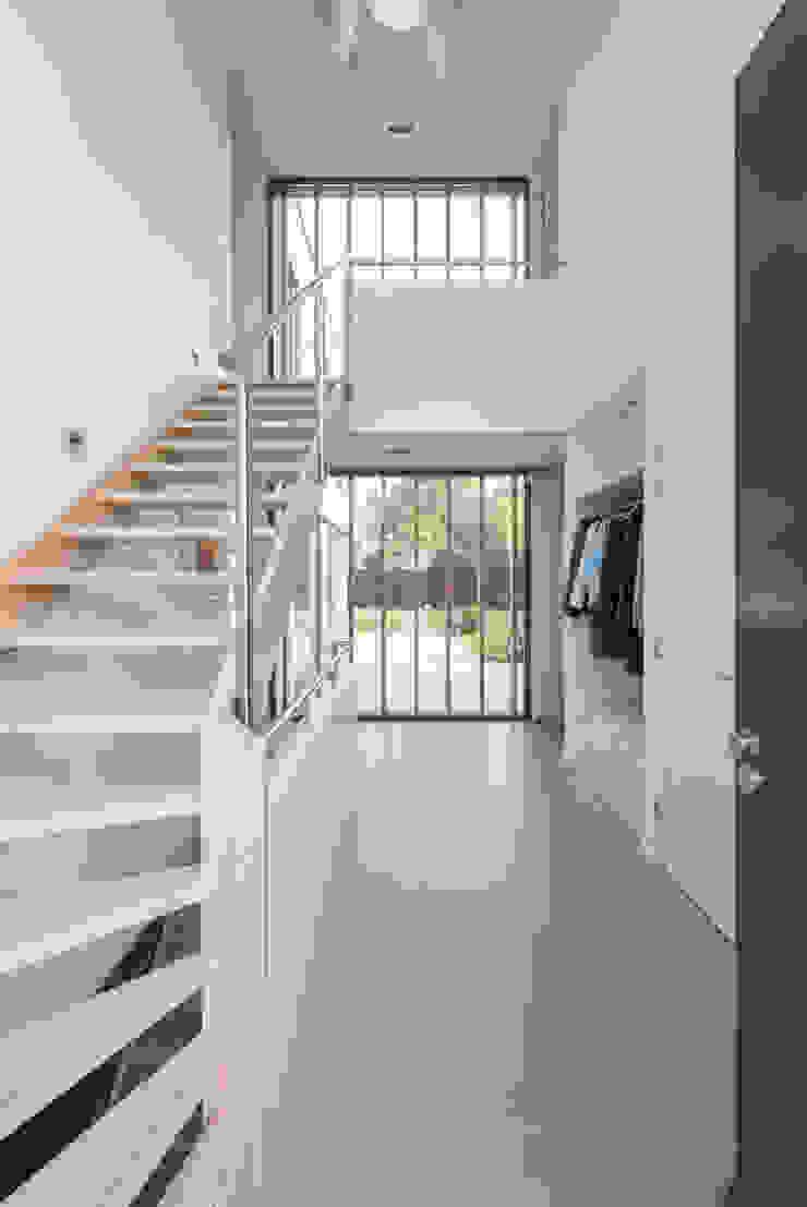 Entrée met zicht op achterliggende tuin Moderne gangen, hallen & trappenhuizen van Architect2GO Modern