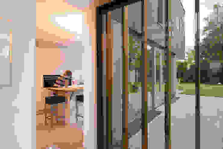 Zicht vanuit hal op woonkeuken Moderne gangen, hallen & trappenhuizen van Architect2GO Modern